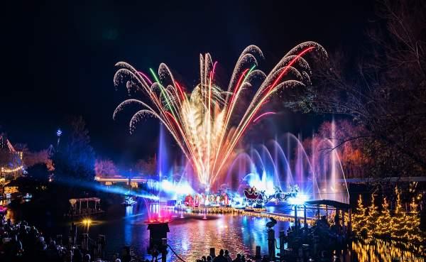 Weihnachtliche Wassershow ED UND EDDAS WINTERZAUBER mit finalem Feuerwerk auf dem See im Europa-Park 2018