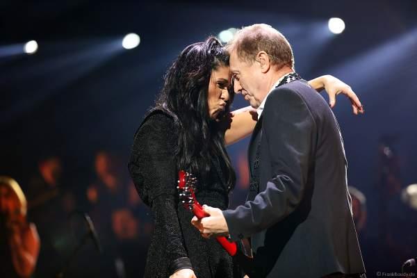 Dirigentin Alexandra Arrieche und John Miles bei Night of the Proms 2018 in der SAP Arena Mannheim