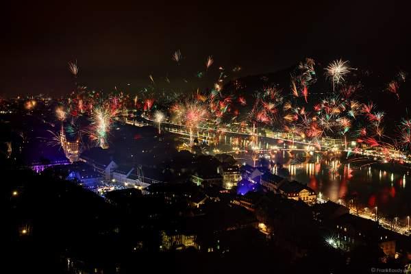 Feuerwerk in Heidelberg zu Silvester/Neujahr 2018-2019 mit Blick auf das Schloss, die Altstadt und den Neckar mit der Alten Brücke