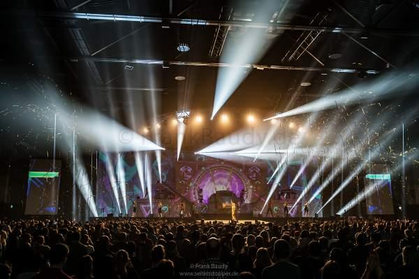 Große Lightshow mit Goldflitter bei der Show KaleidoLuna von DJ BoBo am 11. Januar 2019 in der Europa-Park Arena Rust