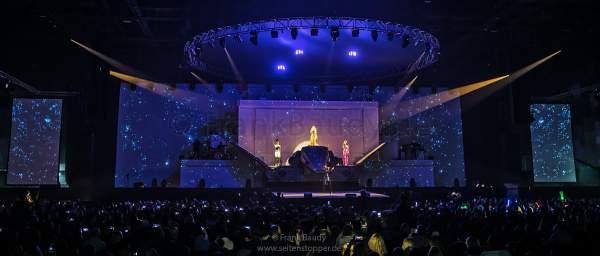 Leuchtende Drohnen über DJ BoBo bei der Weltpremiere neuer Show KaleidoLuna am 11. Januar 2019 in der Europa-Park Arena Rust