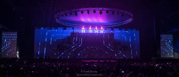 Tänzer in Leuchtkostümen bei neuer Show KaleidoLuna von DJ BoBo am 11. Januar 2019 in der Europa-Park Arena Rust