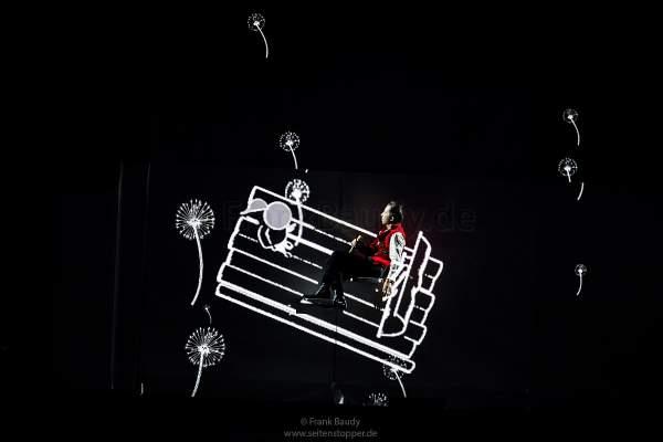 DJ BoBo spielt mit einem Mädchen einer Zeichentrickanimation auf der Bühne bei der Show KaleidoLuna
