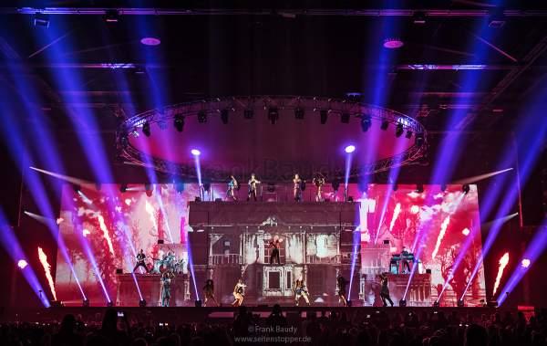 Lightshow, Videomapping und bunte Flammeneffekte bei neuen Show KaleidoLuna von DJ BoBo am 11. Januar 2019 in der Europa-Park Arena Rust