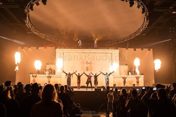 Große Feuereffekte bei der neuer Show KaleidoLuna von DJ BoBo am 11. Januar 2019 in der Europa-Park Arena Rust