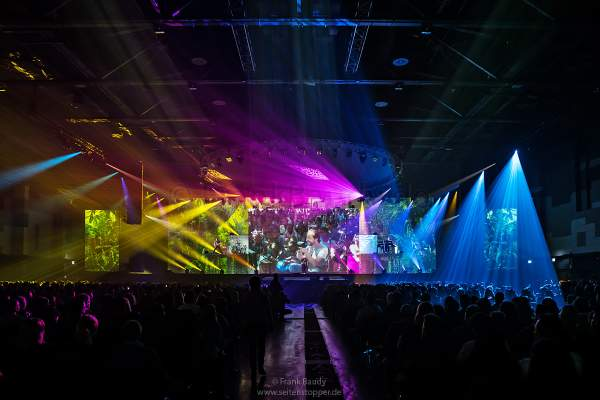 "Bunte Lightshow beim Song ""Colours Of The World"" in der neuen Show KaleidoLuna von DJ BoBo am 11. Januar 2019 in der Europa-Park Arena Rust"