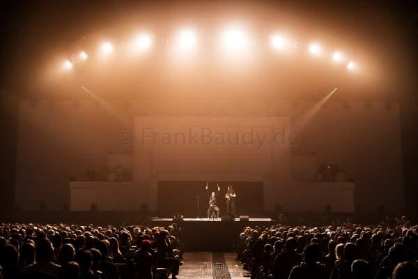 DJ BoBo performt mit einem Gast aus dem Publikum auf einem virtuellen Schlagzeug zur Musik von Queen bei der Show KaleidoLuna in der Europa-Park Arena