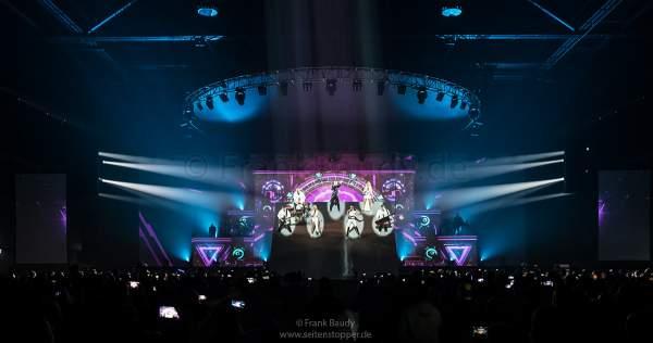Ein Teil der Bühne mit DJ BoBo, den Tänzer-/Sängerinnen und der Band schwenkt bei der Show KaleidoLuna nach oben