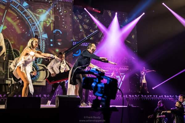 DJ BoBo und Sängerin Kate Matl bei der Weltpremiere der Show KaleidoLuna in der Europa-Park Arena Rust