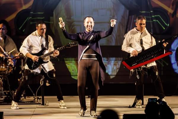 DJ BoBo mit Band bei der Weltpremiere der Show KaleidoLuna in der Europa-Park Arena Rust