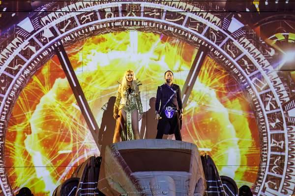 René Peter Baumann alias DJ BoBo und Ehefrau Nancy Baumann bei der Weltpremiere der Show KaleidoLuna in der Europa-Park Arena Rust