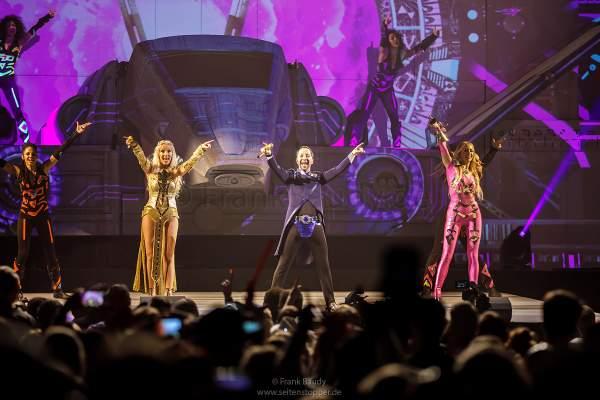 Nancy Baumann, DJ BoBo und Sängerin Kate Matl bei der Weltpremiere der Show KaleidoLuna in der Europa-Park Arena Rust