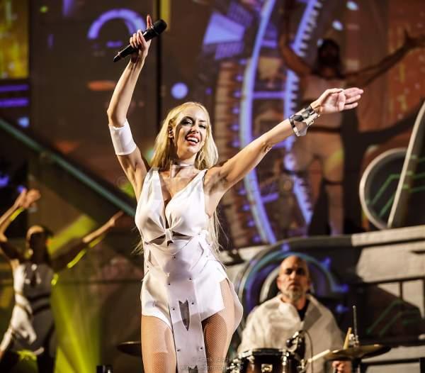Sänger- und Tänzerin Kate Matl bei der neuer Show KaleidoLuna von DJ BoBo am 11. Januar 2019 in der Europa-Park Arena Rust