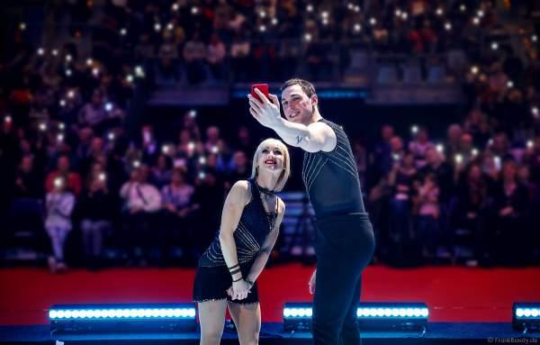 Selfie der Eiskunstlauf-Olympiasieger Aljona Savchenko und Bruno Massot vor dem Mannheimer Publikum bei SHOWTIME von Holiday on Ice 2018-2019
