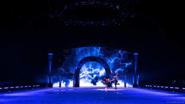 """Paarlauf-Olympiasieger Aljona Savchenko und Bruno Massot mit einer eigens für SHOWTIME von Holiday on Ice kreierte Performance zu """"Never Tear Us Apart"""" aus dem Film Fifty Shades of Grey"""