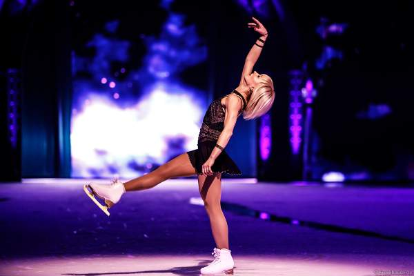 """Paarlauf-Olympiasieger Aljona Savchenko mit einer eigens für SHOWTIME von Holiday on Ice kreierte Performance zu """"Never Tear Us Apart"""" aus dem Film Fifty Shades of Grey"""