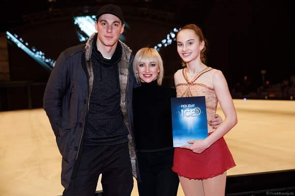 Kiara Siehr vom Mannheimer ERC mit Aljona Savchenko und Bruno Massot bei der Eisshow SHOWTIME von Holiday on Ice in der SAP Arena Mannheim 2018-2019