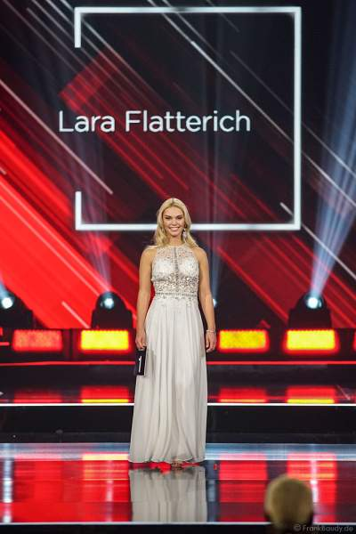 Miss Schleswig-Holstein 2018/19, Lara Flatterich im Abendkleid auf dem Laufsteg beim Miss Germany 2019 Finale in der Europa-Park Arena am 23.02.2019