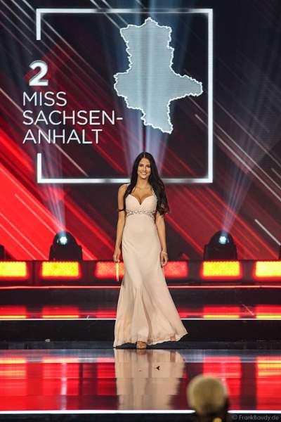Miss Sachsen-Anhalt 2018/19, Celine Peschek im Abendkleid auf dem Laufsteg beim Miss Germany 2019 Finale in der Europa-Park Arena am 23.02.2019