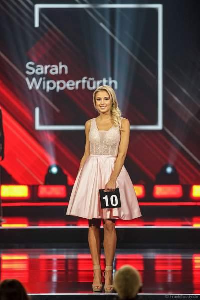 Miss Niedersachsen 2018/19, Sarah Wipperfürth im Abendkleid auf dem Laufsteg beim Miss Germany 2019 Finale in der Europa-Park Arena am 23.02.2019