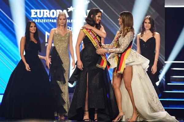 Miss Germany 2018 Anahita Rehbein überreicht die Schärpe an die 3. Miss Germany 2019 Anastasia Aksakn (Miss Sachsen 2018/19) beim Miss Germany 2019 Finale in der Europa-Park Arena am 23.02.2019