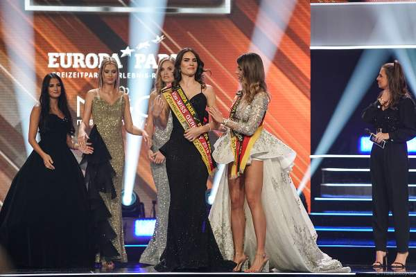 Miss Germany 2018 Anahita Rehbein überreicht die Schärpe an die Vize-Miss Germany 2019 Pricilla Klein (Miss Hamburg 2018/19) beim Miss Germany 2019 Finale in der Europa-Park Arena am 23.02.2019