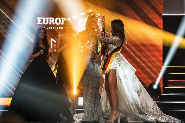 Miss Germany 2018 Anahita Rehbein überreicht die Schärpe an die Miss Germany 2019 Nadine Berneis beim Miss Germany 2019 Finale in der Europa-Park Arena am 23.02.2019