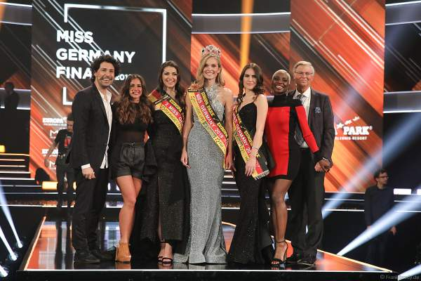 Gruppenfoto der Miss Germany 2019 Gewinnerinnen mit der Jury: Boris Entrup, Sarah Lombardi, Nikeata Thompson und Wolfgang Bosbach
