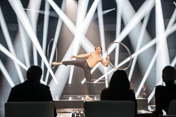 Anton Monastyrsky mit seiner Hula-Hoop-Reifen Show beim Finale der Miss Germany Wahl 2019 in der Europa-Park Arena am 23.02.2019