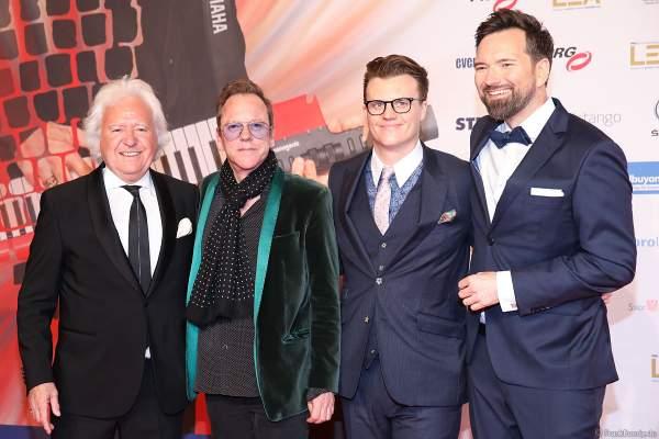 Ossy Hoppe, Kiefer Sutherland, Oliver Hoppe und Moderator Ingo Nommsen beim PRG Live Entertainment Award (LEA) 2019 in der Festhalle in Frankfurt