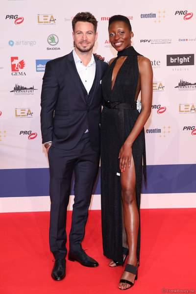 Sebastian Pannek und Model Toni Dreher-Adenuga beim PRG Live Entertainment Award (LEA) 2019 in der Festhalle in Frankfurt