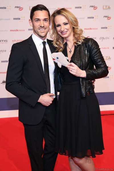 Pia Malo (Pia Malolepski) mit Begleitung auf dem roten Teppich beim PRG Live Entertainment Award (LEA) 2019 in der Festhalle in Frankfurt