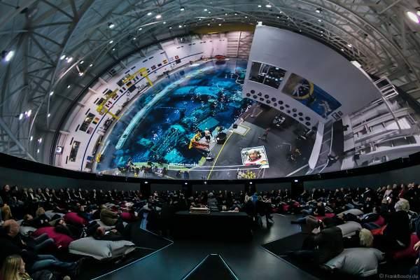Astronauten mit Tauchern unter Wasser für die Vorbereitung ins All beim Filmabenteuer Mission Astronaut im 360 Grad-Kino TRAUMZEIT-DOME, Europa-Park 2019