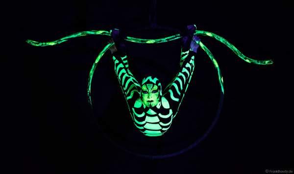 Die Artistin Petra Quednau von Project PQ präsentiert eine neue und innovative Show im Luftring (Aerial Hoop) mit UV Licht (Schwarzlicht)