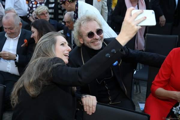Selfie eines Fans mit Thomas Gottschalk bei der Eröffnungsfeier des neuen Themenhotel Kronasar im Europa-Park in Rust am 24.05.2019