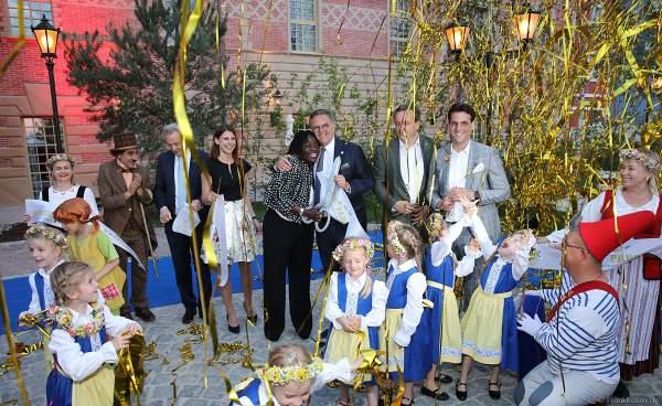 Familie Mack und Rita Auma Obama durchschneiden das Band bei der Eröffnungsfeier des neuen Themenhotel Kronasar im Europa-Park in Rust am 24.05.2019