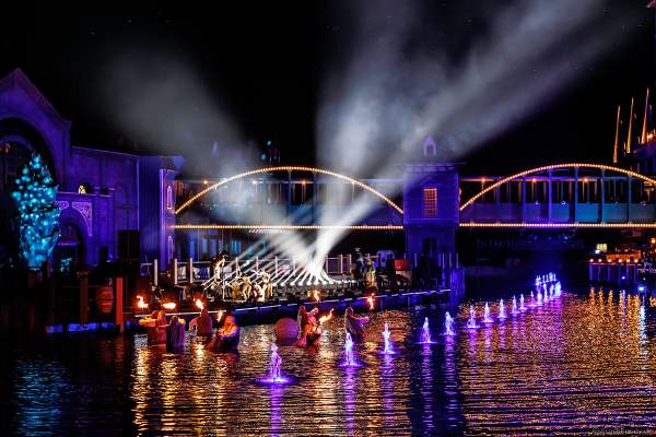 Spektakuläre Licht- und Wassershow mit den Künstlern des Europa-Park bei der Eröffnungsfeier des neuen Themenhotel Kronasar am 24.05.2019
