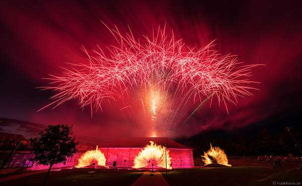 """Knackiges Feuerwerk mit Flammenprojektoren beim Festungsfest 2019 im Stadtpark """"Fronte Lamotte"""" in Germersheim"""