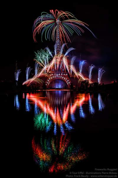 Der Eiffelturm mit spektakulärem Feuerwerk spiegelt sich im Wasser beim Nationalfeiertag am 14. Juli 2019 in Paris