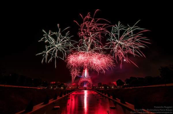 Kolossales Feuerwerk auf dem Eiffelturm beim Nationalfeiertag am 14. Juli 2019 in Paris