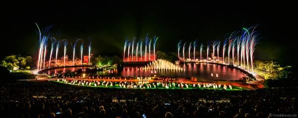 Show La Cinéscénie mit Feuerwerk im Freizeitpark Puy du Fou in Frankreich