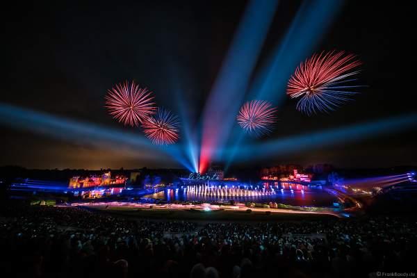 Show La Cinéscénie mit tollen Wassereffekten, Laser und Feuerwerk im Freizeitpark Puy du Fou in Frankreich