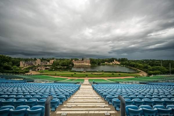 Die riesige Zuschauertribüne mit 14000 Plätzen für die Show La Cinéscénie im Freizeitpark Puy du Fou in Frankreich