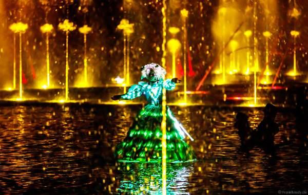 Romantische Wassershow Les Orgues de Feu (Die Feuerorgel) mit Darstellen in wunderschönen Leuchtkostümen im Freizeitpark Puy du Fou in Frankreich