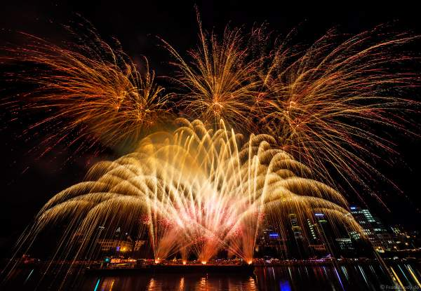 Feuerwerk beim Museumsuferfest auf dem Main vor der Frankfurter Skyline 2019
