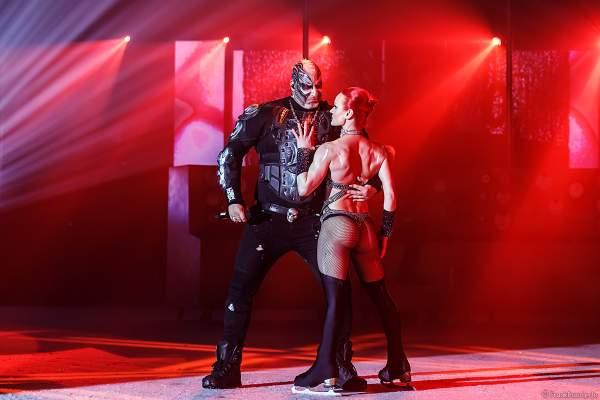 Leon Fuller mit Svetlana Khodakivska bei der Eisshow THE TRAUMATICA SHOW bei den Horror Nights 2019 im Europa-Park