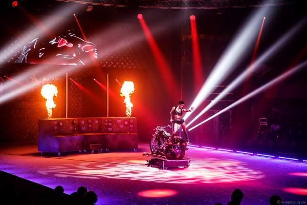 Handstand-Equilibristik auf einem Motorrad bei der Eisshow THE TRAUMATICA SHOW bei den Horror Nights 2019 im Europa-Park