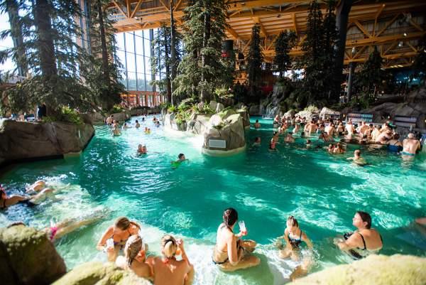 """Wasserfälle und Sprudelliegen machen die """"Skog Lagune"""" zu einer Oase - RULANTICA - Foto: Europa-Park"""