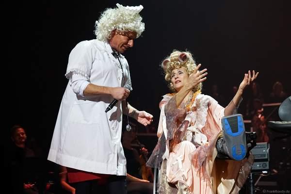 Moderator Markus Othmer als Krankenschwester und Natalie Choquette bei Night of the Proms 2019 in der SAP Arena Mannheim