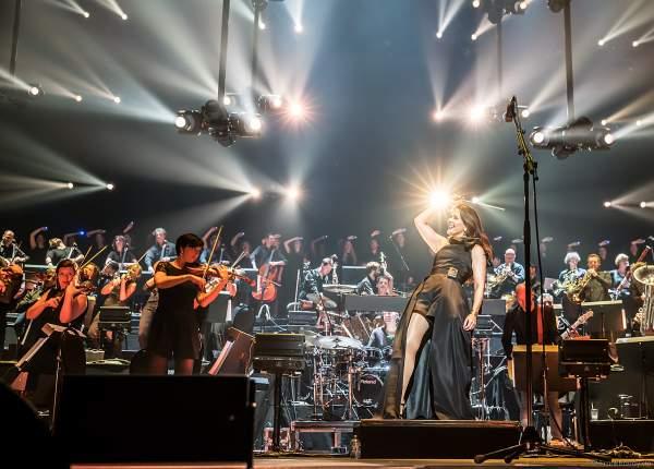 Alexandra Arrieche dirigiert das Antwerp Philharmonic Orchestra und den Chor Fine Fleur bei Night of the Proms 2019 in der SAP Arena Mannheim